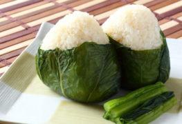 Kulki ryżowe w liściu sałaty z bukietem warzyw
